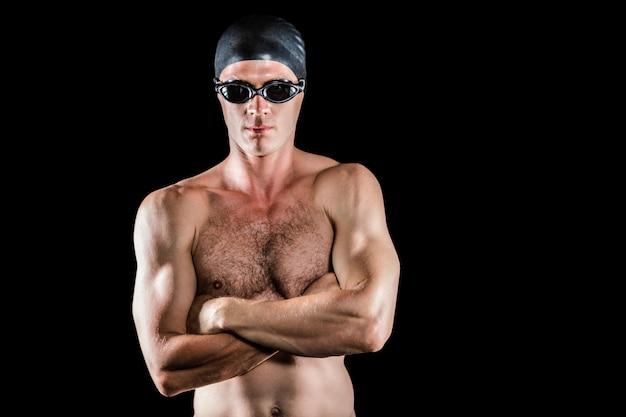 Zwemmer poseren met gekruiste armen Premium Foto