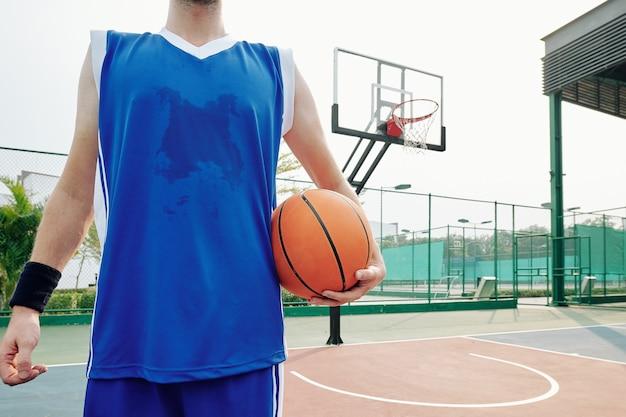 Zweterige basketbalspeler Premium Foto