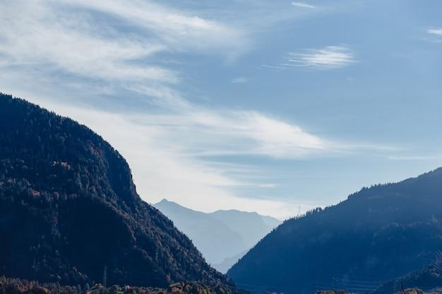Zwitserland, alpiene bergen, zonnig, de zomerlandschap, blauwe hemel Premium Foto