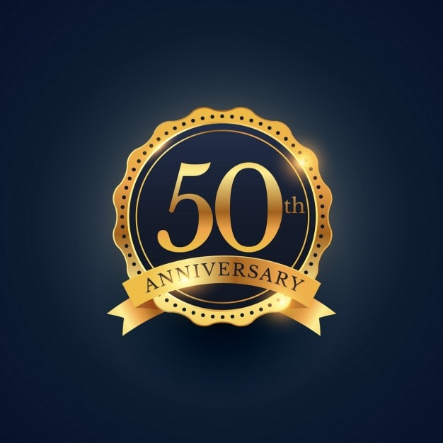 50ste verjaardag badge viering etiket in gouden kleur Gratis Vector