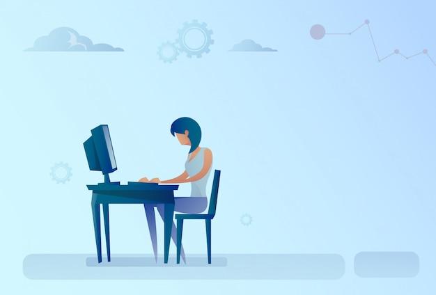 Abstracte zaken vrouw zittend op bureau werkende computer Premium Vector