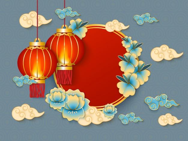 Achtergrond met rode hangende traditionele chinese lantaarns, witte wolken en bloemen Premium Vector