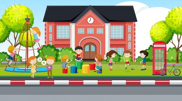 Actieve jongens en meisjes die sportactiviteiten buitenshuis spelen Gratis Vector
