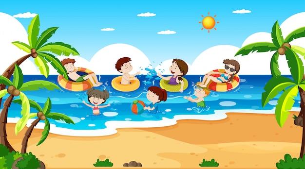 Actieve jongens en meisjes spelen sport en leuke activiteiten buiten Gratis Vector