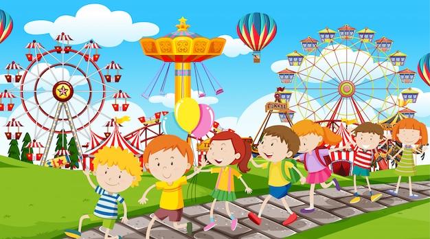 Actieve kinderen spelen in de buitenlucht Gratis Vector