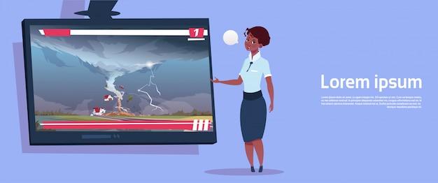 African american woman toonaangevende live tv-uitzending over tornado vernietiging van boerderij orkaan schade nieuws van storm waterspout in platteland natuurramp concept Premium Vector