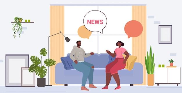 Afrikaans amerikaans paar bespreken dagelijks nieuws tijd samen doorbrengen chat bubble communicatieconcept. man vrouw zittend op de bank woonkamer interieur volledige lengte illustratie Premium Vector