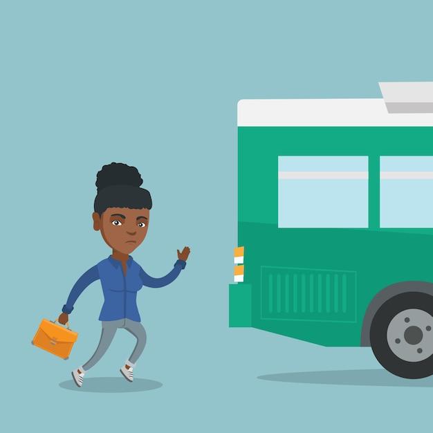 Afrikaanse laatkomer vrouw die voor de bus loopt. Premium Vector