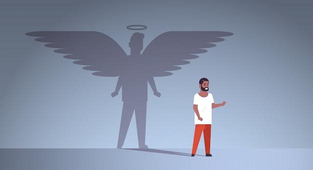 Afro-amerikaanse man met schaduw van engel Premium Vector