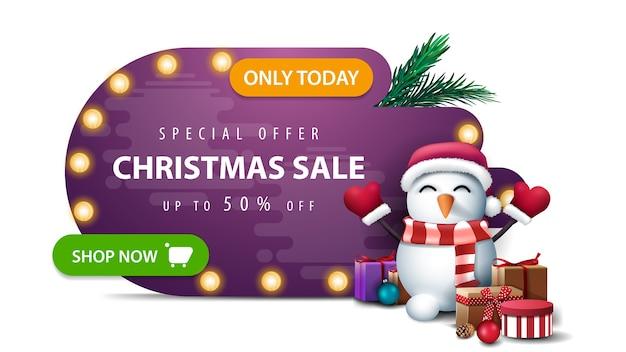 Alleen vandaag, speciale aanbieding, kerstuitverkoop, tot 50 korting, paarse abstracte vorm kortingsbanner met lamplichten, groene knop en sneeuwpop in kerstman hoed met geschenken geïsoleerd op witte achtergrond Premium Vector
