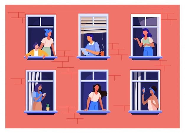 Appartementengebouw met mensen in open raamruimtes Gratis Vector