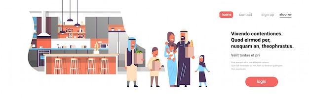 Arabische familie houden zakken met kruidenierswaren in keuken banner Premium Vector