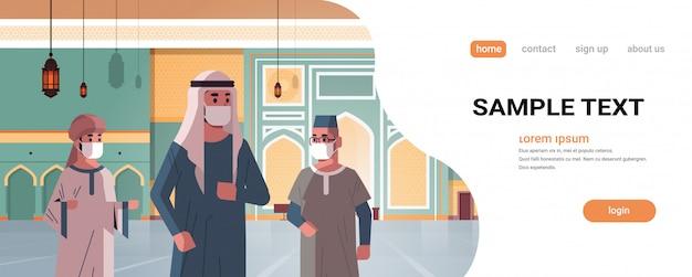 Arabische mannen in medische maskers die naar de nabawimoskee komen om een quarantainepandemie te bouwen Premium Vector