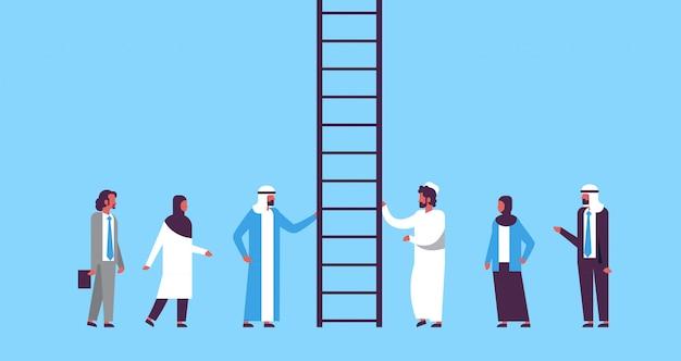 Arabische mensen groep klimmen carrièreladder manier omhoog nieuwe kansen op werk Premium Vector