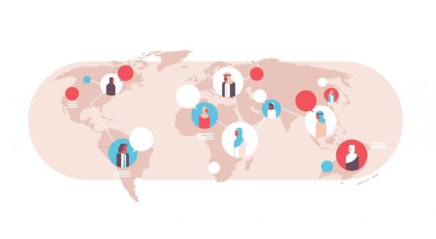 Arabische mensen op wereldkaart chat bubbels wereldwijde communicatie banner Premium Vector