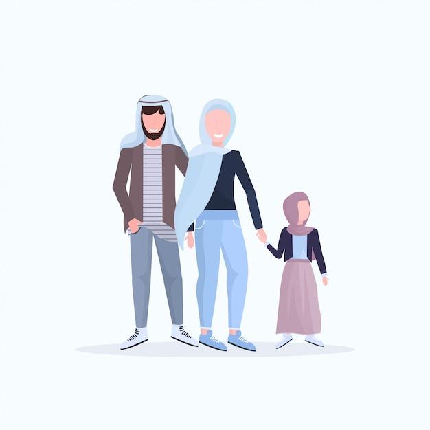 Arabische vader moeder en dochtertje lopen samen gelukkige arabische familie in traditionele kleding met plezier witte achtergrond volledige lengte Premium Vector