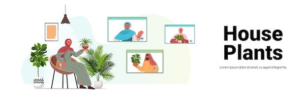 Arabische vrouw die voor kamerplanten zorgt die virtuele ontmoeting hebben met arabische meisjes tijdens videogesprek woonkamer interieur horizontale kopie ruimte Premium Vector