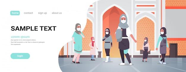 Arabische vrouwen in medische maskers die naar de nabawi-moskee komen om een quarantainepandemie te bouwen Premium Vector