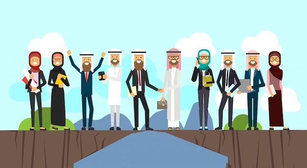 Arabische zakenman handen schudden in zakelijke en traditionele kleding kloof tussen bergen volledige lengte zakelijke overeenkomst en partnerschap concept vector illustratio Premium Vector