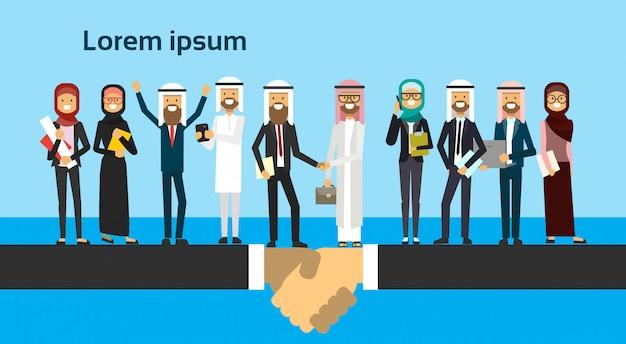 Arabische zakenman handen schudden in zakelijke en traditionele kleding volledige lengte zakelijke overeenkomst en partnerschap concept Premium Vector