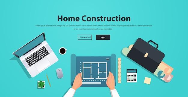 Architect bezig met blauwdruk constructie van gebouwen concept werkplek desk top hoek weergave kopie ruimte Premium Vector
