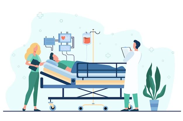 Arts en verpleegster die medische zorg geven aan patiënt in bed geïsoleerde vlakke illustratie. Gratis Vector