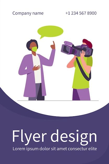 Arts in medische jas en masker spreken op camera. wetenschapper, operator, cameraman platte flyer-sjabloon Gratis Vector