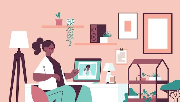 Arts op laptop scherm raadpleging van afro-amerikaanse vrouwelijke patiënt online overleg gezondheidszorg geneeskunde concept woonkamer interieur horizontaal portret Premium Vector