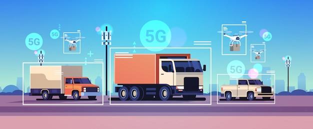 Auto's rijden over de weg draadloos communicatienetwerk van voertuigen 5g basisstation ontvanger informatie zender verkeersbewakingssysteem concept Premium Vector