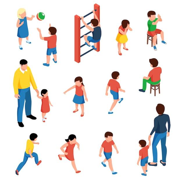 Baby en kinderen isometrische pictogrammen die met kleuters worden geplaatst die op geïsoleerde speelplaats spelen Gratis Vector