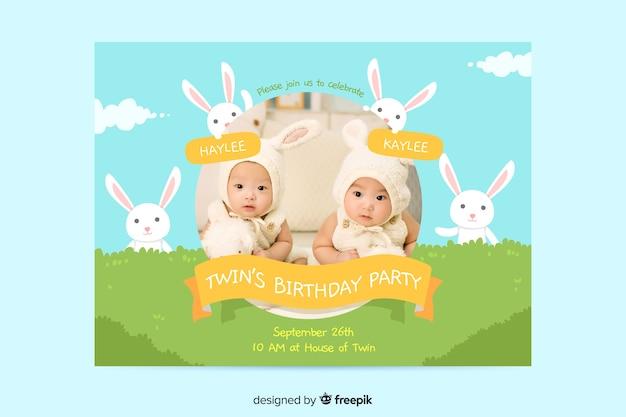 Baby tweeling verjaardag uitnodiging concept Gratis Vector