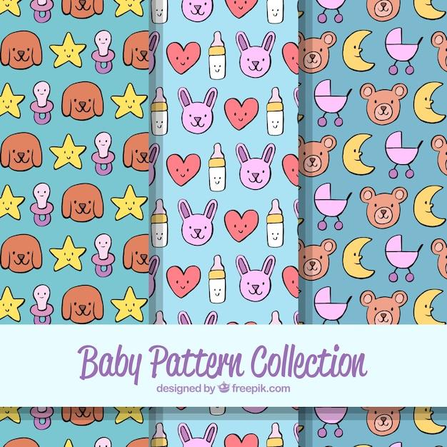 Babypatroneninzameling met speelgoed en kleren Gratis Vector