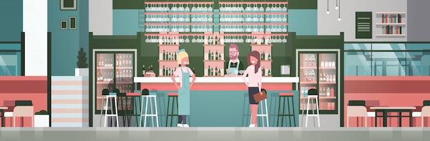 Bar stuff barman, kelner en beheerder die zich bij teller over flessen alcohol en glazen bevinden Premium Vector