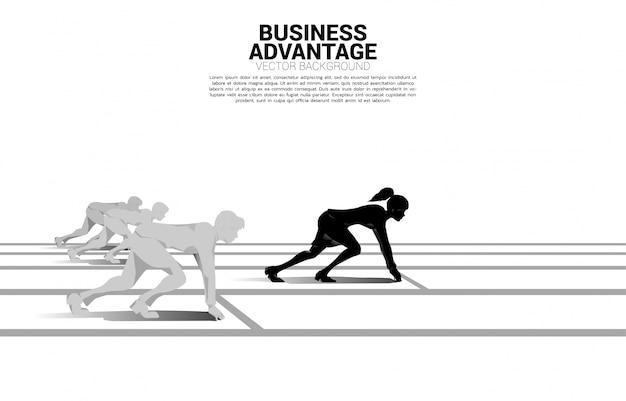Bedrijfsconcept van concurrentie en zakelijk voordeel. silhouet van zakenvrouw klaar om te lopen van startlijn voor de groep. op racecircuit. Premium Vector