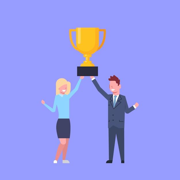 Bedrijfsman en vrouw die gouden kop houden succesvolle zakenman en onderneemster team winners Premium Vector