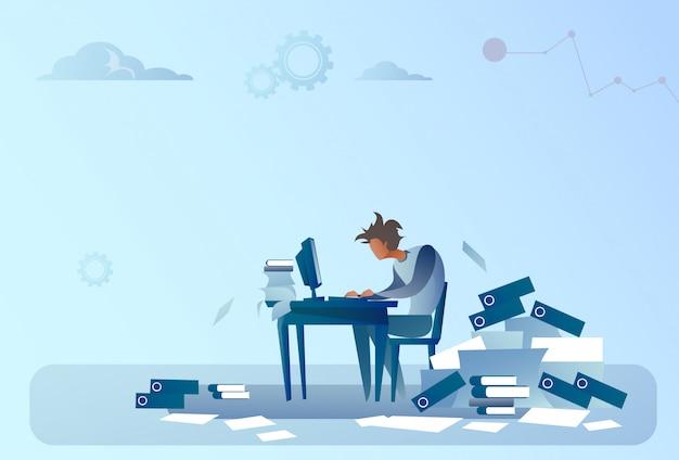 Bedrijfsmens die aan computer overbelast documenteren het concept van het administratieprobleem werken Premium Vector