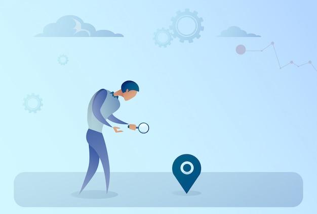 Bedrijfsmens die naar bestemming op digitaal gps van de stadskaart navigatieconcept zoeken Premium Vector