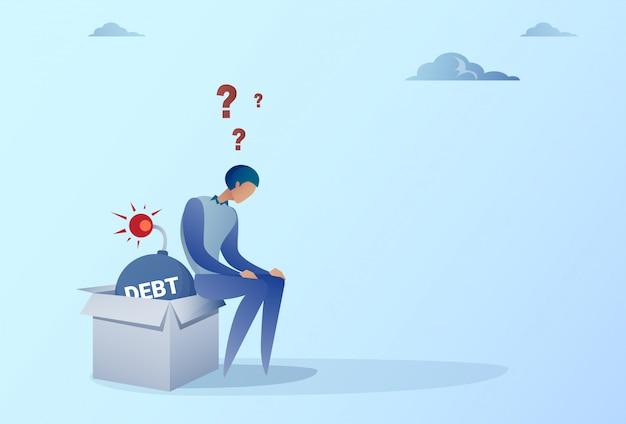 Bedrijfsmensenzitting op bomcreditschuld financiën crisis concept Premium Vector