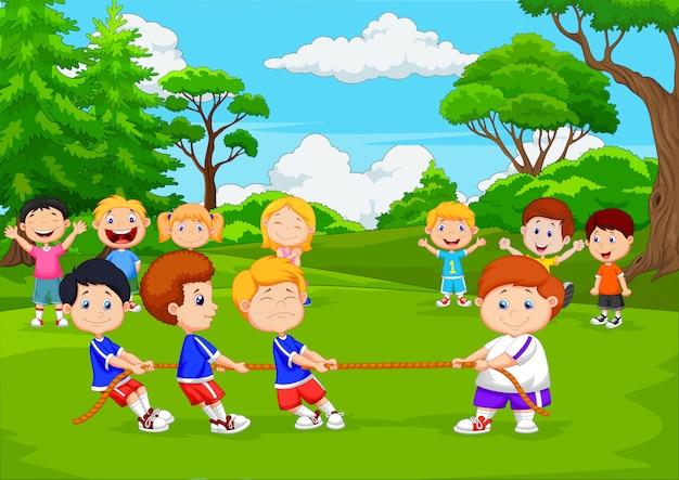 Beeldverhaalgroep kinderen die touwtrekwedstrijd in het park spelen Premium Vector