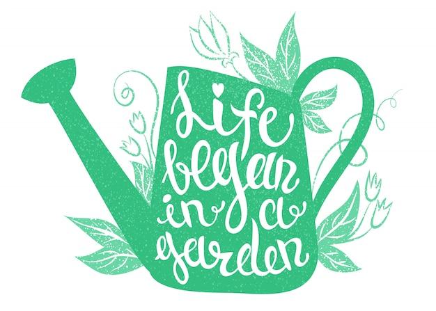 Belettering - het leven begon in een tuin. vectorillustratie met gieter en belettering. Premium Vector
