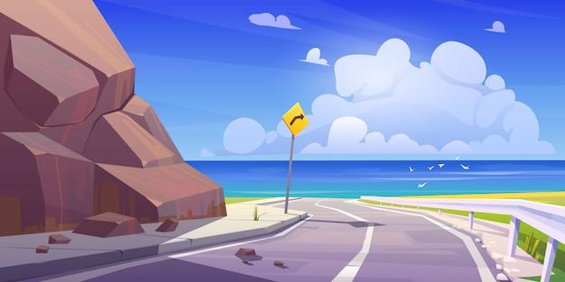 Berg asfaltweg met zeezicht lege snelweg Gratis Vector