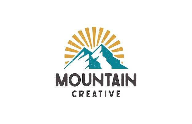 Berg en zonsopgang logo's, vector illustratie in retro stijl Premium Vector