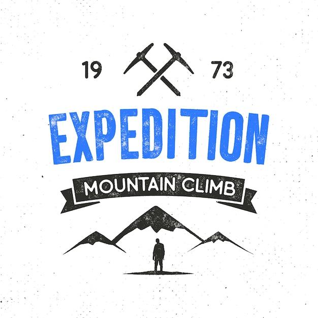 Berg expeditielabel met klimsymbolen en letterontwerp - bergbeklimming. vintage letterstijl logo geïsoleerd op wit Premium Vector