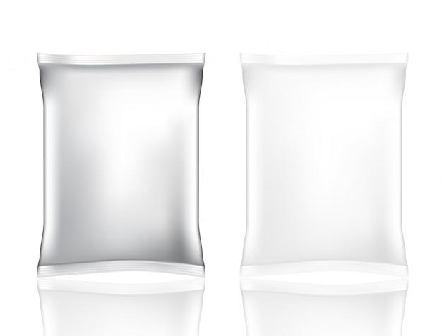 Bespotten realistische foliezak voor geïsoleerd snack en spaander die op witte achtergrond wordt geplaatst Premium Vector