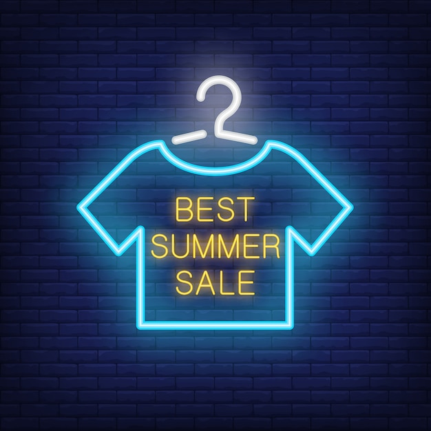 Beste zomerverkoop neontekst met t-shirt op hanger. aanbieding of verkoopadvertentie Gratis Vector