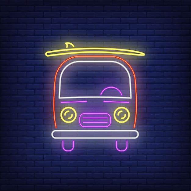 Bestelwagen met surfplank neonteken. surfen, extreme sport, toerisme. Gratis Vector