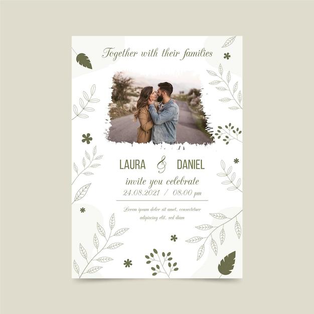 Betrokkenheid uitnodigingssjabloon met foto van bruid en bruidegom Gratis Vector
