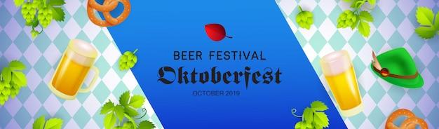 Bierfestival banner met oktoberfest hoed, bierpullen Gratis Vector
