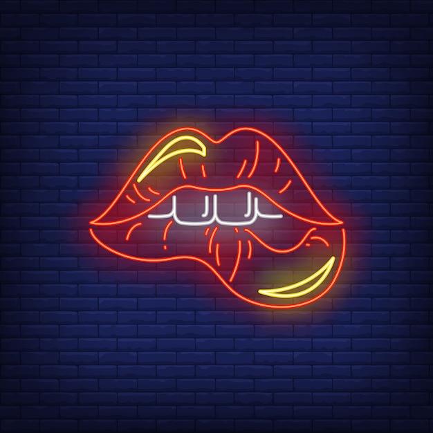 Bijtend rode lippen neonteken Gratis Vector