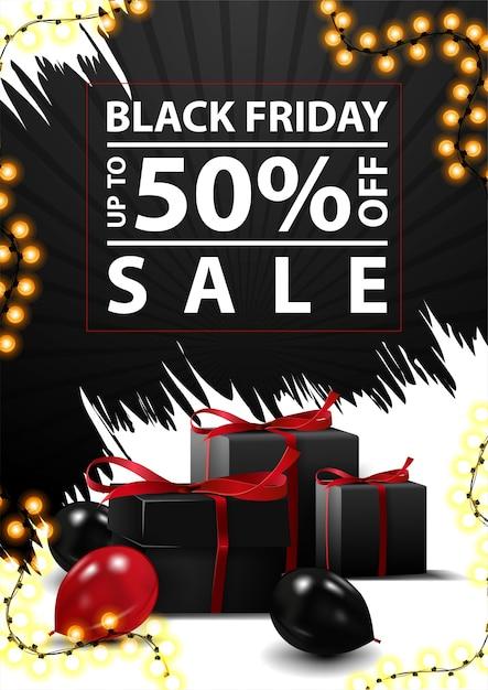 Black friday-uitverkoop, tot 50% korting, korting op verticale zwart-wit banner met abstracte onregelmatige vormen, zwarte geschenken en ballonnen Premium Vector